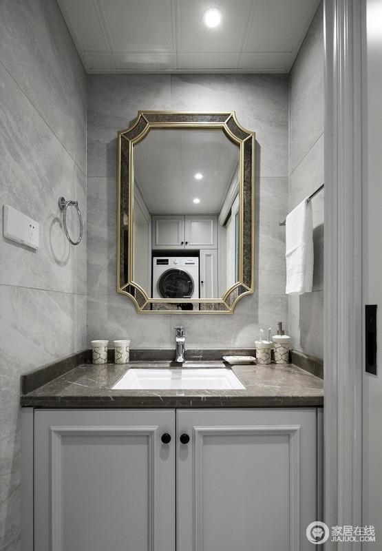 灰色调的石材台面方正利落,也十分耐脏,金色调的镜子框,带来一种轻奢,也让日常生活更为简洁、方便。
