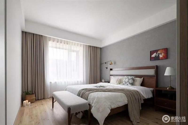 主卧也以低饱和度的色彩为主,木质地板从公共区域延续到房间,整体很简单;白色床品搭配中性色的窗帘,给空间带来更多的纯净与温暖,小抱枕,金属的台灯、挂画等都为空间提升了不少的质感。