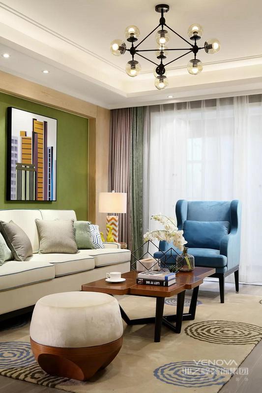 米白色的沙发,简约大方,看着也是极其舒服的。原木色的茶几摆上两本书,一盆插花,充满了浓浓的生活气息。吊灯由8盏小灯组成,空间更加宽敞明亮,照亮客厅的每个角落。这样的生活好舒适!