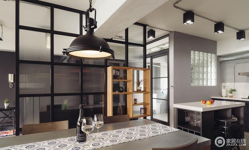 开放式的厨房,订製的铸铁餐桌,几道男主人的拿手菜,开瓶配餐白酒,每个晚上在家约会都在第一天相遇般浪漫。
