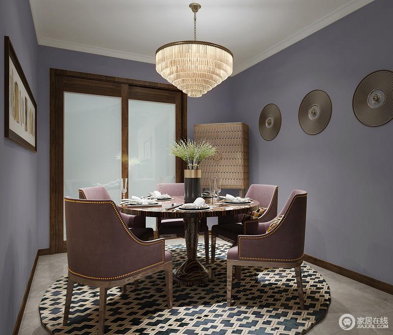 餐厅涂刷了紫色漆,并将胶片贴在墙面,多了一种艺术的简洁,也做了回收利用;现代实木酒红色餐椅的憨厚与圆桌、锥形水晶灯构成一种轻奢的都市风,而地毯点缀出了现代艺术的另一种时尚。