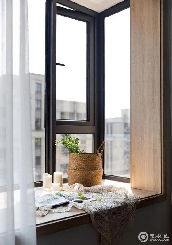 整个飘窗都用了木质包裹,与竹篓构成自然的一隅,烛台和白色纱幔的情调感营造,无疑,让在卧室多了格调感。