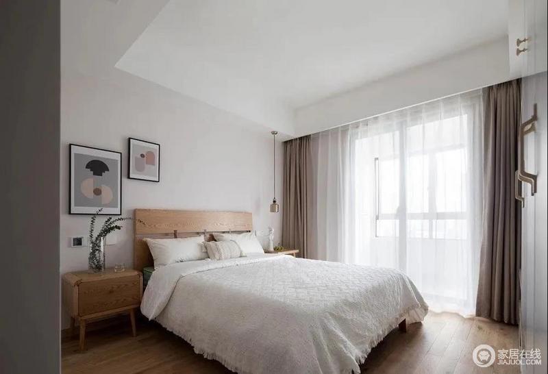 次卧延续木色的温润,搭配了莫兰迪色的挂画,简单的黄铜吊灯,以及素色床品,带着自然的温质;两侧的床头柜是同种木色,不同造型的设计,床头柜的开放和封闭都各有用途,好看又实用。