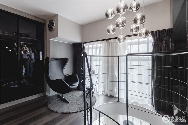 楼梯转角处被设计呈了一个温情和简洁的阳台,蛋壳椅的现代时尚,与衣柜的收纳,充分展示了现代设计的能量;白色与深灰色窗帘给空间带来一种素静,冷中有静。