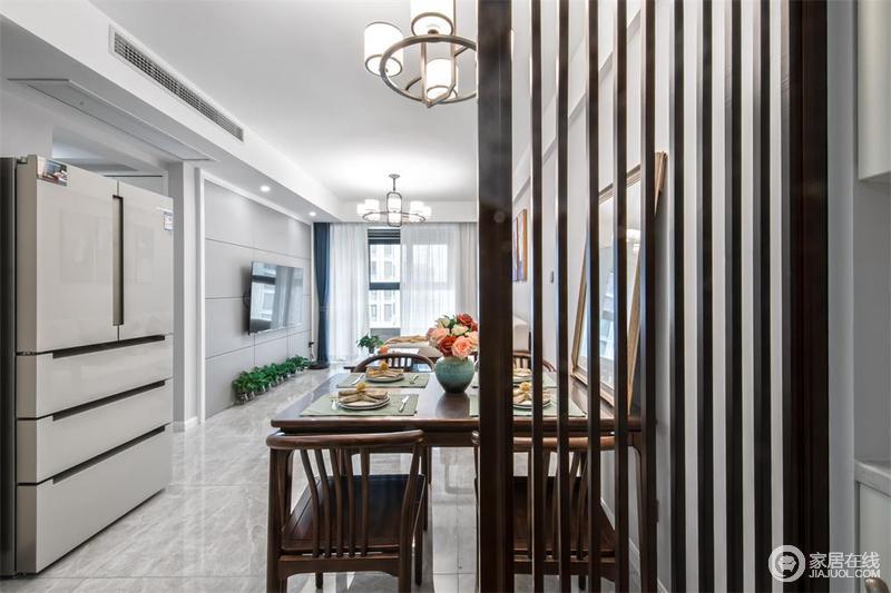 入户玄关设计,体贴鞋柜空间,凸显儒雅风范,也解决了收纳需求;客厅、餐厅一体化设计,直通大景观阳台,开阔视野,而隔断设计无疑带来空灵感。
