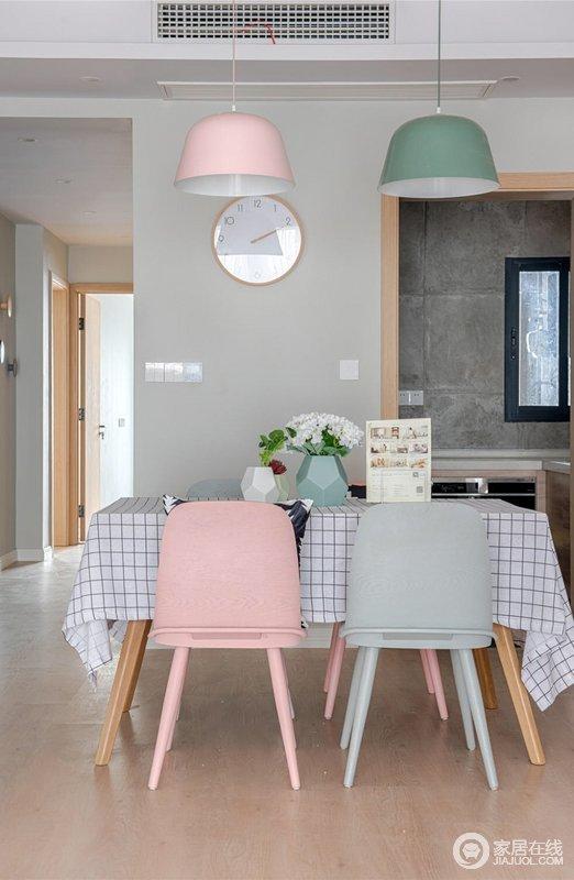 餐厅是家居生活的心脏,不仅要美观,更重要的实用性;餐厅的灯光很重要既不能太强又不能太弱,顶面做个简单的吊顶,北欧彩色椅子搭配几何立面的花器,透露着简单。