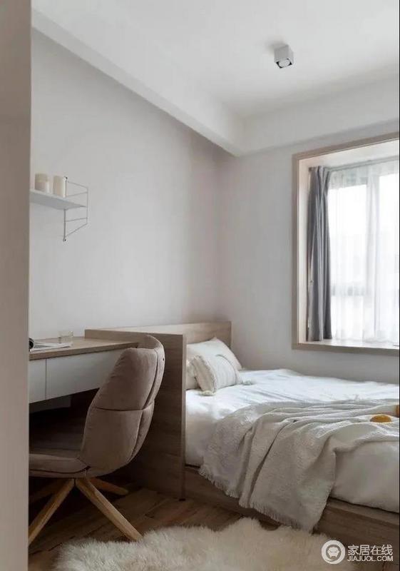 卧室将床侧的写字桌做成连贯一体式,既可以用做客房还可以做书房,白色的床品加上绒绒的地毯,融入一份温暖与柔和。