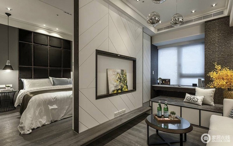 电视墙在线条的诠释下,富有时尚几何质感,同时作为客厅与卧室的分隔,与一侧的墙面,叠出空间的层次。