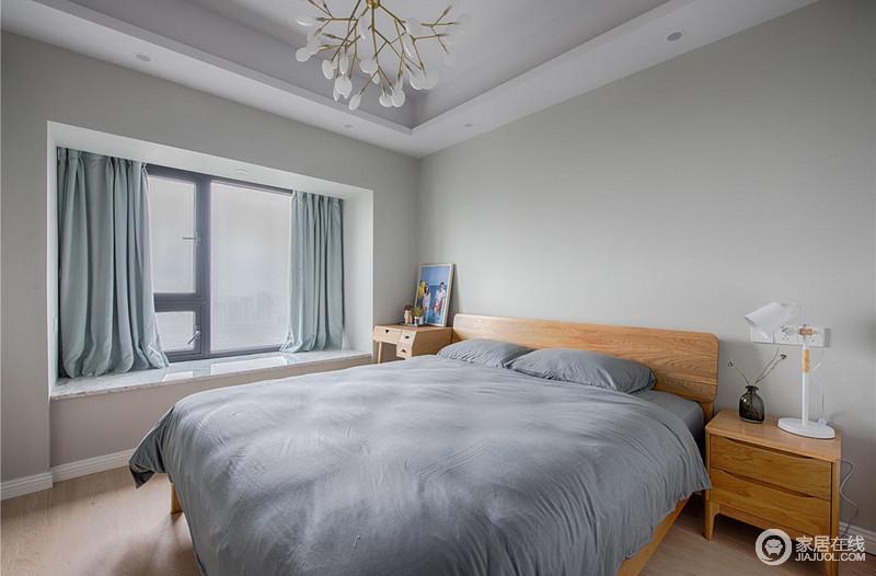 卧室同样延续了客厅灰色为主调的设计,配上原木床头和家具,让空间多了北欧朴质;而浅蓝色色的窗帘,搭配深灰色床品,让卧室变得充满安静、舒适,可以让人舒适的休息和睡眠。