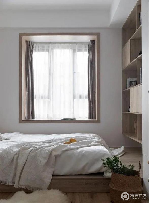 床尾做了书架,完全满足收纳需求,原木质感的家具搭配木书柜,构成空间的简朴和气,竹篓更是填置了不少自然户外的气息。
