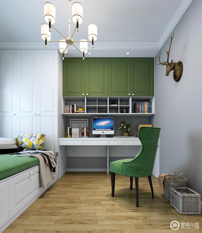 书房以浅灰色漆来粉刷墙面,搭配白色与绿色组合的定制榻榻米、书柜,让空间沉寂之余不失新生;榻榻米的超强收纳满足主人的储物需求,而鹿头雕饰与绿色古典椅子,既带来美式设计的不羁,同样,也因为地板的原因,造就了空间的自然气息。