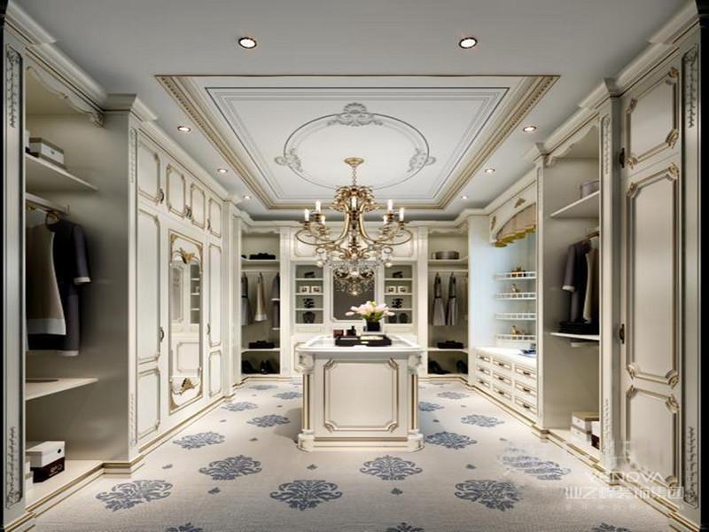 欧式的居室有的不只是奢华大气,更多的是惬意和浪漫。经过完美的点缀,精雕细镂的细节处理,带给家人不尽的舒服触感,实际上和谐是欧式的风格的高境地。一起,欧式装修的风格适用于大面积房子,若空间太小,不光无法展示其的风格气势,反而对日子在其间的人形成一种压迫感。当然,还要具有必定的美学素质,才干善用欧式的风格,不然只会画蛇添足。