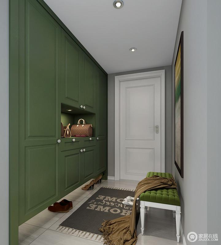 门厅的设计极尽实用之能,定制得鞋柜以绿色板材为主,满是收纳之余,更是让空间多了绿色的活力;浅灰色的墙面搭配美式鞋凳和现代感的地毯,让空间轻奢而不失文艺格调。
