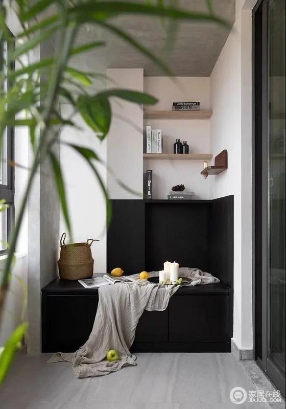 与客厅相连的阳台,设计了一个造景和休闲结合的小榻榻米,以黑色系释放出高级质感,和白色与灰色搭配,营造简约纯粹的感觉,再加上木质隔板的装饰,让空间时尚之外,更多了实用。