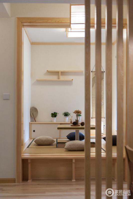 日式小餐桌的升降设计十分人性,再加上收纳桌与工字型收纳架更为轻巧和实用,以日式设计的朴素让生活雅致。