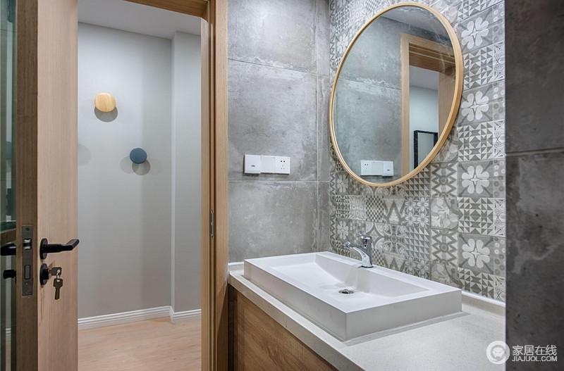 简洁明亮的卫生间设计,因为原本的灰色水泥砖多了北欧的冷冽,而盥洗柜上的灰色拼花砖搭配圆形木镜子,带来简约和时尚。