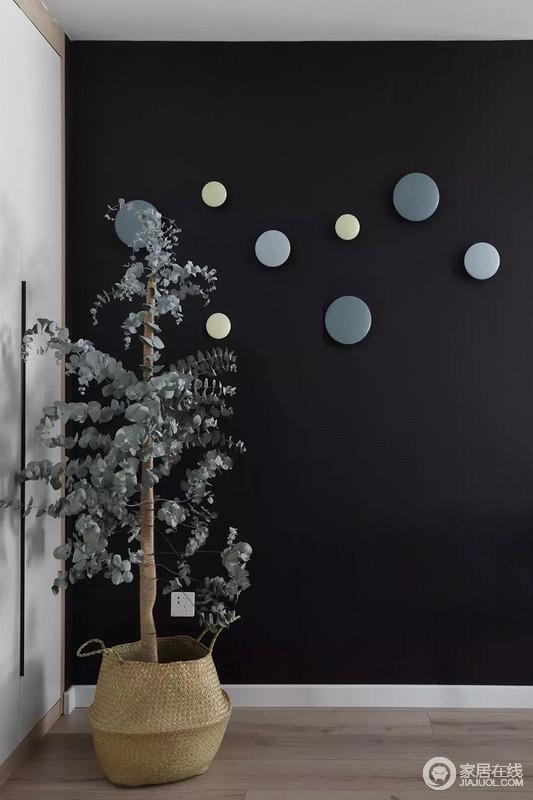 玄关墙面刷成一面黑板墙,装饰上几个圆形小纽扣装饰,结合角落的一盆干树装饰,让回家的第一个画面显得充满文艺自然的气质感。