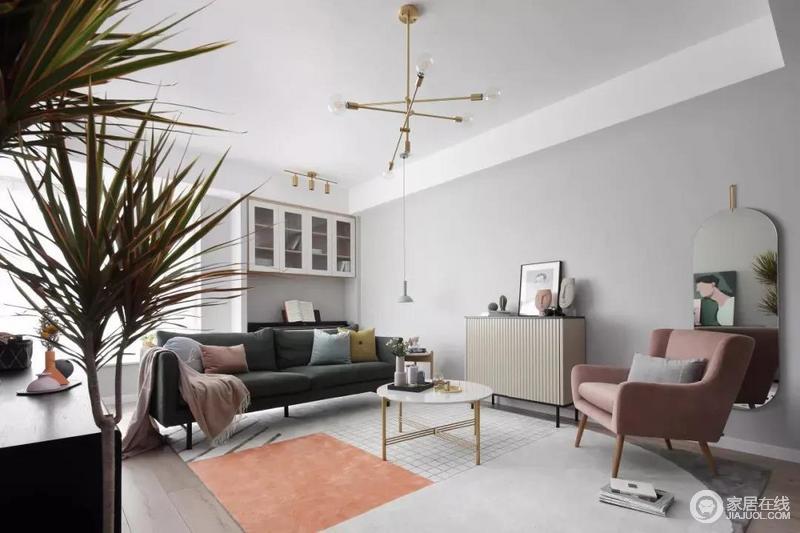 客厅沙发后方留空出一定的位置,在飘窗旁边做了一个吊柜,下方的空位刚好摆上一台钢琴,使得客厅空间温情而又浪漫舒适;时尚的家具组合以色彩和造型成就空间的艺术气息与质感,让人颇感别致。