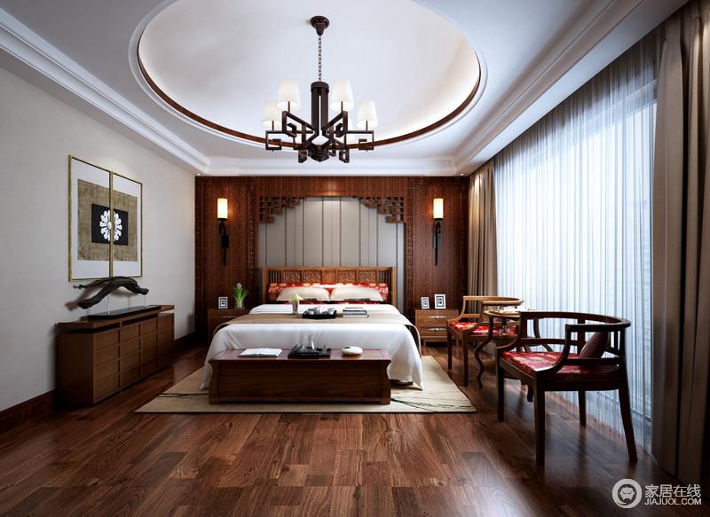卧室规整的方形吊顶内嵌圆形造型,因为新中式回字纹铁艺吊灯少了简洁,多了文艺儒雅;以传统仿旧的床榻设计让背景墙的木雕工艺表达出古艺精致,木床和新中式圈椅因为红色皮面的装饰多了喜庆质感,让原本沉稳的新中式家具更显得体,驼色窗帘及地毯带来柔和,愈加舒适。