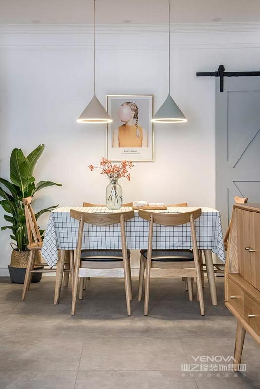绿植、插花和装饰画,以及一旁的谷仓门,自然简约的装饰,营造出一个温馨而清新文艺的用餐空间。