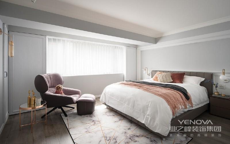 简白基调佐饰轻柔羽毛灰,呈现雅緻素净的寝室氛围,并添佐具细腻轻奢光泽的金属灯饰与家饰,交织出简约精緻主卧格调。鑑于女主人对于光线的敏感程度,以六片纯白木作滑门取代百叶窗,使睡眠品质不受任何光源影响。
