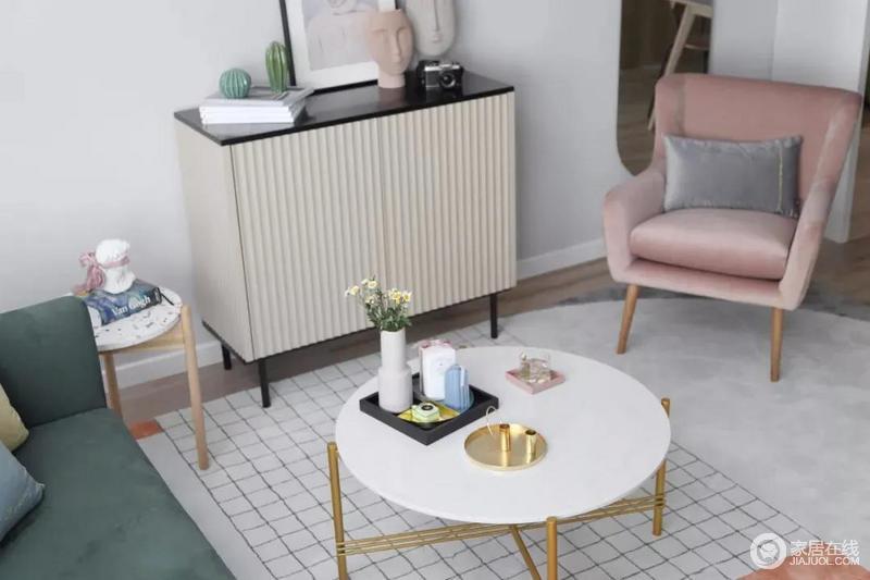 靠墙还有一个小斗柜,结合大理石质感的金属架茶几,摆上精致的花器、餐盘,营造出一个华丽端庄的氛围感。