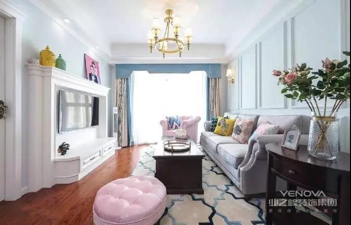 客厅整体宽敞明亮,大大的落地窗为客厅带来充足的采光效果。白色电视背景墙,集美观与实用于一身。