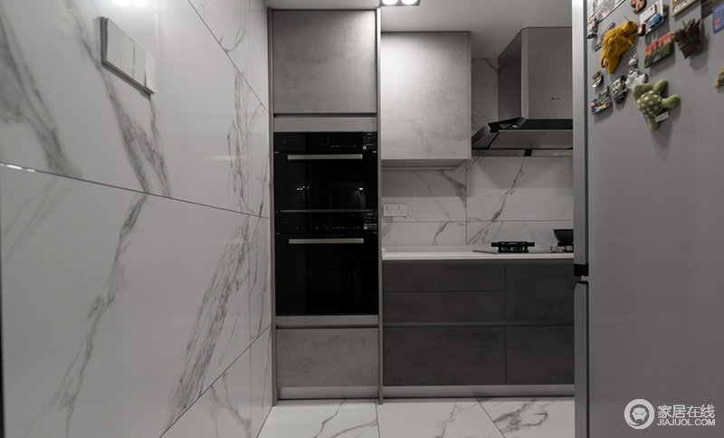 厨房的地板和墙壁都镶嵌了瓷砖,一则为了美观,二则便于收拾、耐脏,再加上白色与黑色的搭配,利落而实用。