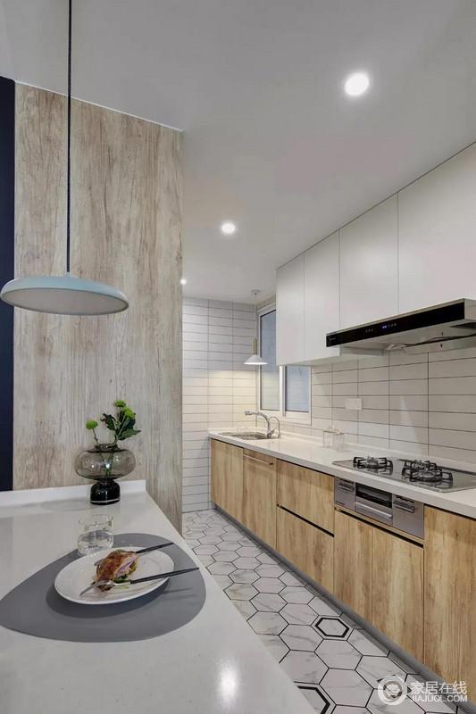 厨房地面铺设着雅白的六角砖,搭配白色长条墙砖、木色的橱柜,呈现出一个文艺轻松的烹饪空间感。