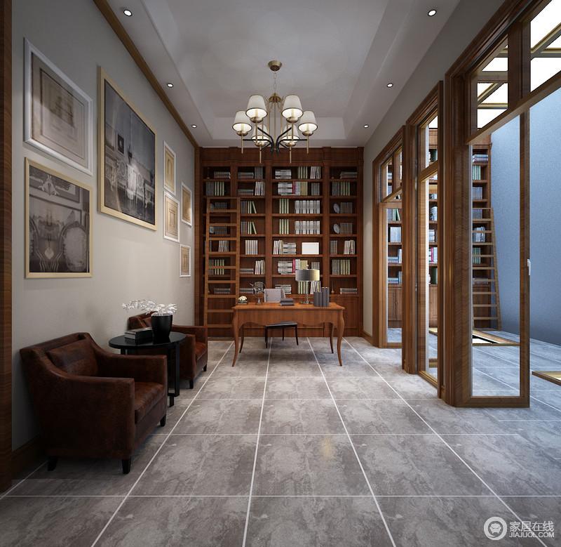 书房因为灰色砖石多了几分仿古感,并以素雅色调与灰色立面碰撞出优雅,而色彩统一暗淡的画作以富有历史感的姿态更显底蕴;实木书柜整排的设计更显气势,新古典实木书桌足以让你沉醉在书海中。
