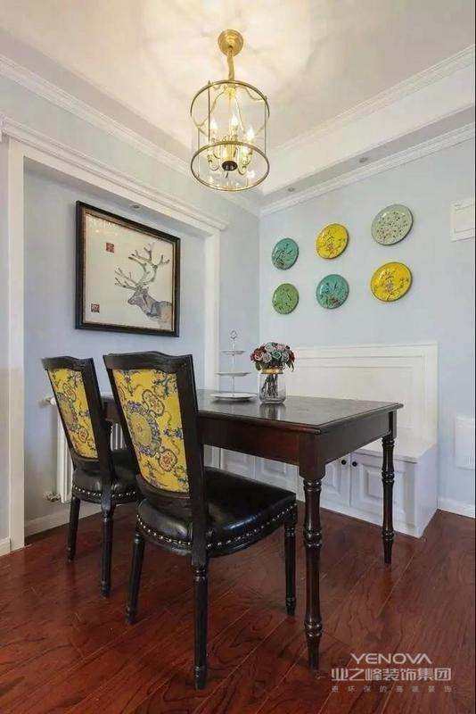 餐厅卡座设计,是合理利用空间的典范。原木地板方便打理。深色餐桌椅,超级耐脏。椅背很有特色,点亮空间色彩。墙壁上的餐盘装饰物别具特色。