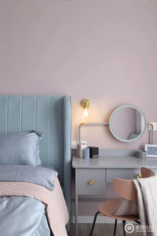 床头侧边的梳妆台,搭配圆镜与床头壁灯,也为主人提供了一个浪漫轻松的梳妆打扮小角落。