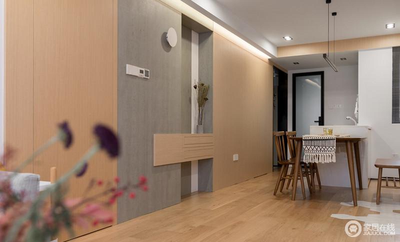 宜家实木色的餐桌、座椅和原木色的地板一深一浅,让空间的色彩层次更加丰富;餐桌两边,一边是长凳、一边是椅子,虽然不对称但是却打造出了独特的美感。
