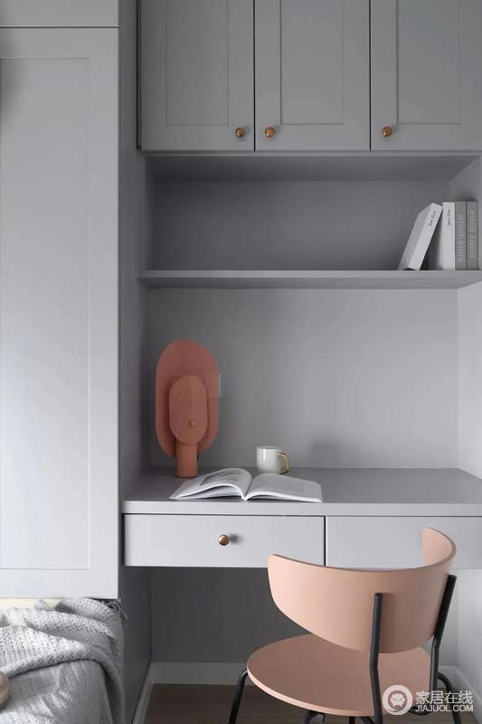 书房以定制榻榻米+书桌的组合实现功能,整体淡灰色的空间搭配粉墨色座椅与摆饰,让空间显得文雅实用好舒适。