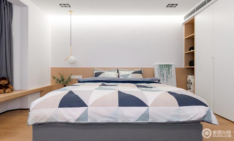 主卧虽然设计简单,原木床头连同窗台,以造自然朴实;而北欧风的床品以几何设计散发清新与简洁,搭配个性的吊灯,则显示出一种简约的温馨气息。