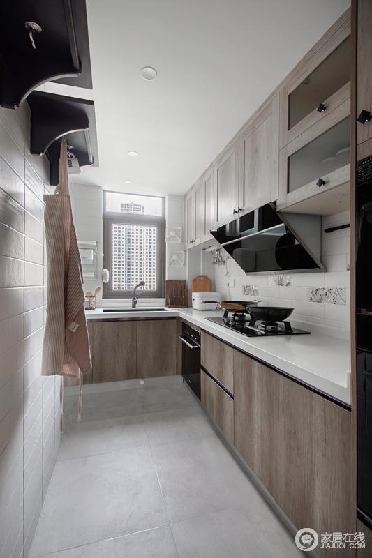 厨房业主特地更换了北欧风,墙面的小花砖迷人俏皮可爱,点缀得恰到好处;灰色砖石与实木柜的搭配多了原始的朴质,简约明了。