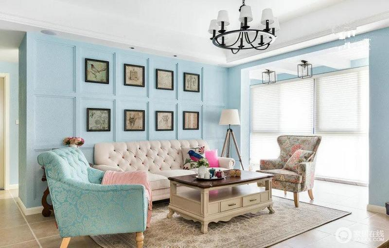 客厅蓝色系为主,搭配暖色系家具很清新,典型的美式风的方格子背景墙,挂满挂画,几何之中,透着艺术感,值得一看的是三脚架的台灯更是让人感受到一种木质的温实。