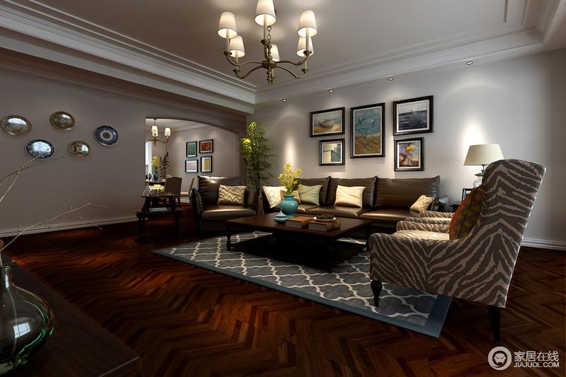 红木波纹地板和白色墙面两者色彩上形成较大差距,却层次感清晰;皮质沙发给予豪华,配以豹纹布艺扶手椅平添了柔软细腻,蓝灰色地毯在视觉上起到了淡化深色的作用,与艺术画和墙饰镌刻着文艺。