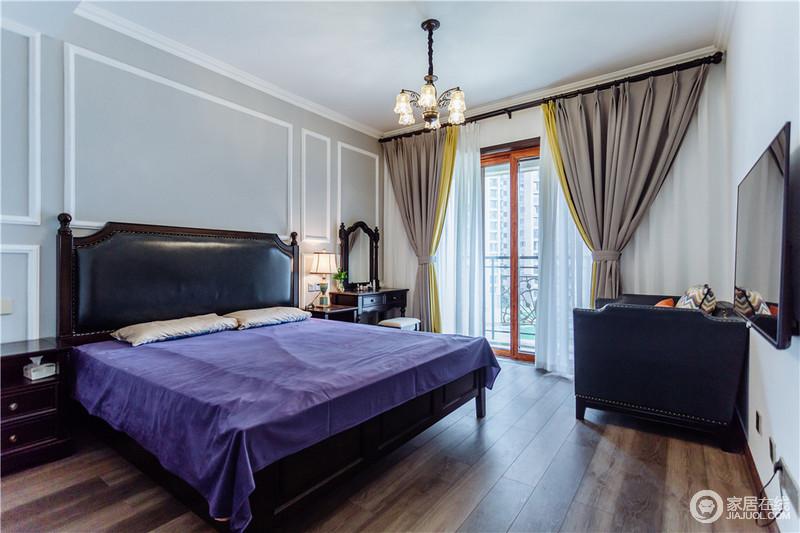 卧室借石膏线与浅灰色漆让空间变得沉静了不少,美式家具的稳重与精致,让生活更为舒适;而驼色窗帘与紫色床罩带着不一样的色彩,让家与众不同。