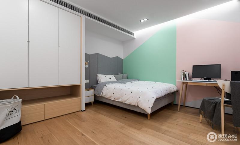 次卧的墙壁刷了绿色和粉色的乳胶漆,床头则做了灰色硬包,这三种色块相映成趣,让本来光秃秃的墙壁也绽放出光彩,温馨而浪漫。