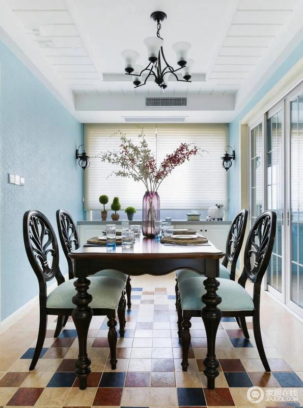 一扇通透的玻璃拉门来隔断厨房和餐厅区域是很聪明的选择,设计师考虑到作为中式家庭日常做饭的习惯,为防止油烟物晕染到墙面,所以在做饭时候可以选择拉上门,平时再拉开,丝毫不影响屋子的通透感;美式家具组合让原本蓝色调的空间更显清新。
