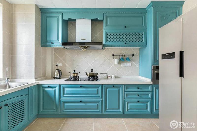 虽然大概已经知道了这个家整体的主色调是海滩蓝,但在看到厨房的时候还是小小的惊讶了一下,因为很少见到厨房弄成水彩蓝绿色,不过还真的是有特点,清爽的不像个柴米油盐酱醋茶的地儿了。