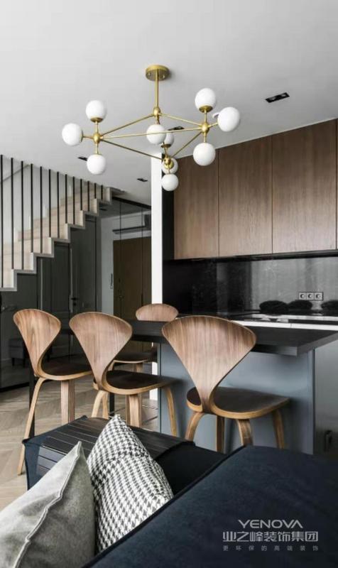 比较有艺术性的吧椅,餐桌上面做了简单的氛围灯,不拘束的吊顶