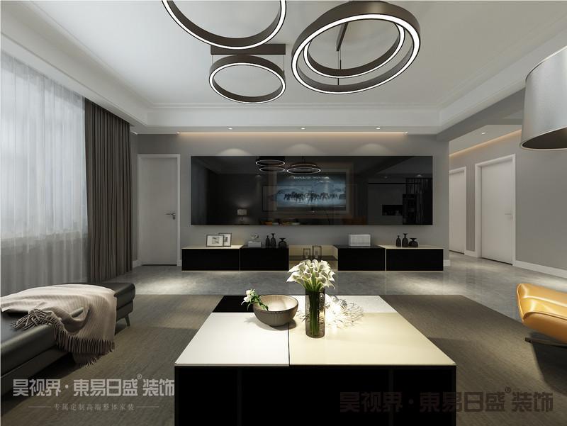 走进室内的第一感觉,就是与众不同皮质沙发搭配造型独特的吊灯,形成强烈的视觉冲击,让人眼前一亮,有着特别质感的电视背景墙,个性又富有艺术感。