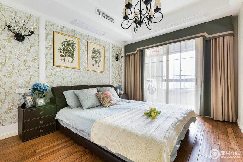 卧室铺上个地板,质感和色泽度都属上乘,加上文雅的壁纸,舒适文艺的美式乡村味道就这样呈现在眼前了。