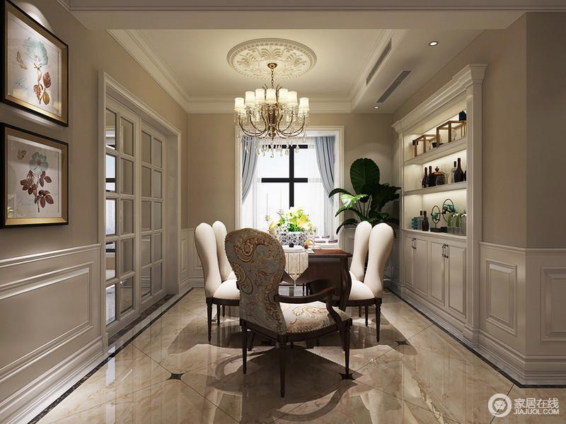 餐厅使用护墙板做了一层墙裙,有效丰富了空间视觉感。酒柜完美的与墙裙结合,烘托着用餐氛围。主位上使用了花纹扶手椅用于区分、强调,优美的纹饰与挂画清新应和。
