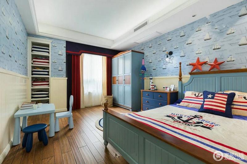 孩子的世界就该充满幻想和浪漫,孩子的卧室就做成了个主题是的航海之旅,海星、蓝色的床,加上航海主题的床饰,感觉就像睡舰艇上一般,所有的家具都是根据整个卧室的风格搭配着来选择的,比如书桌,比如床头柜,比如窗帘。