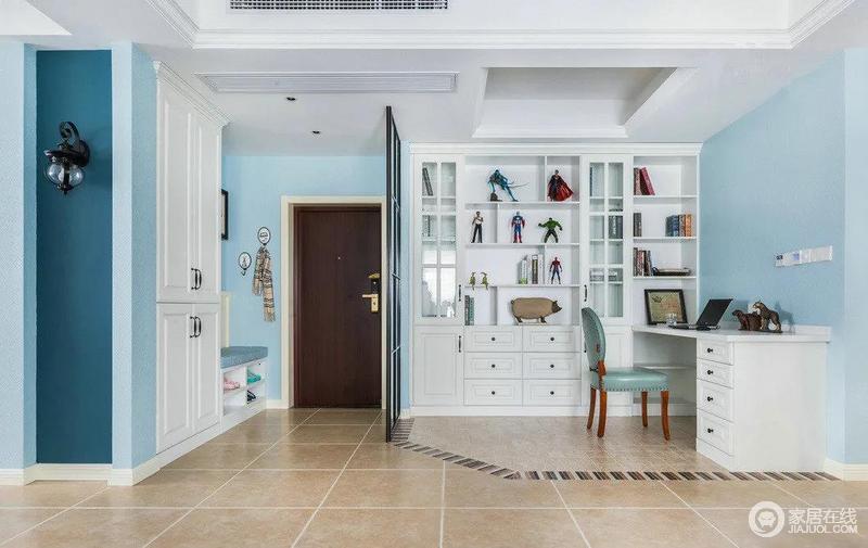设计师对空间规划的特别漂亮,从这个角度可以看到,地面用瓷砖拼接出一条梯形的线路,把玄关旁边开放的小小书房区域划分了出来。比起做个隔断或者用地板划分来说,这样的选择也不错哦。