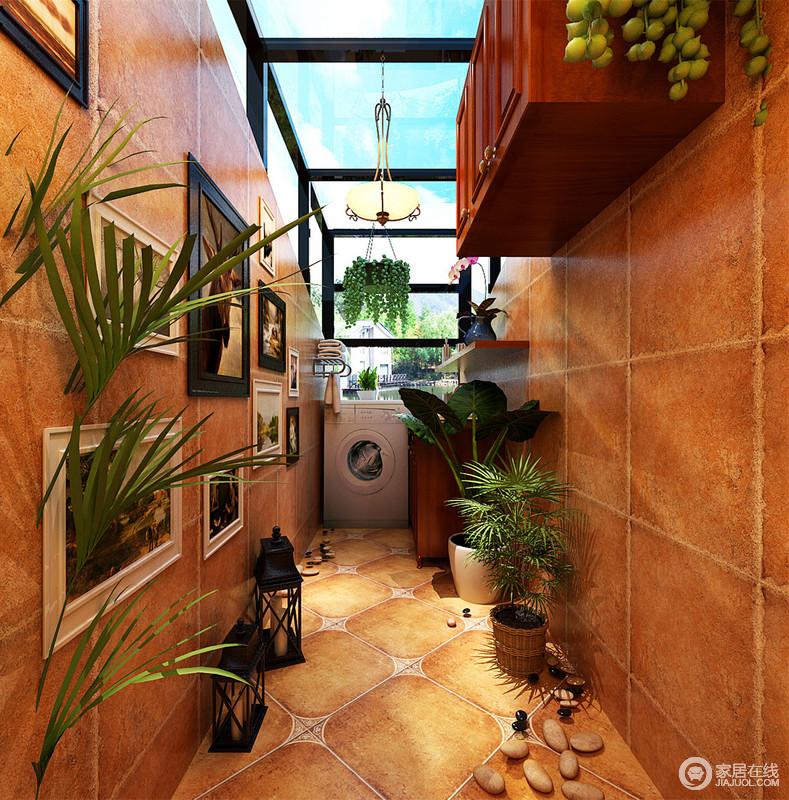 玻璃铁艺架搭出的狭长阳光房,以洗衣房为主。在充满大面积阳光的空间里,晒衣是最合适不过。利用高低收纳柜和收纳架放置洗具用品。绿植和鹅卵石迎合阳光,营造出充满自然的空间。