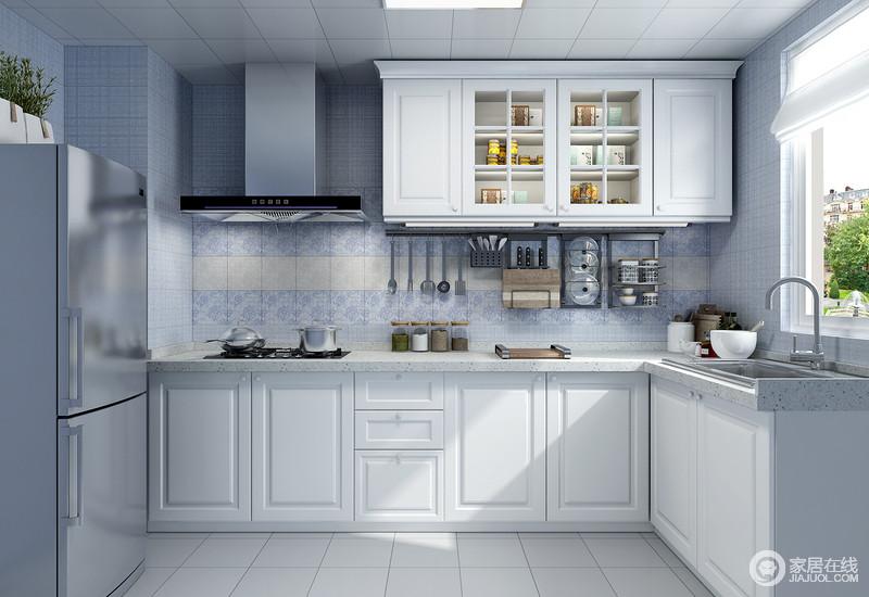 橱柜结构整齐,集成吊顶让施工更为简单,后期维修也十分方便;而浅灰色地砖搭配紫色墙砖给予空间小自然般的和雅;白色橱柜以功能取胜,绝可以满足主人的收纳需求,在L型的厨房里生活得颇为得心应手。